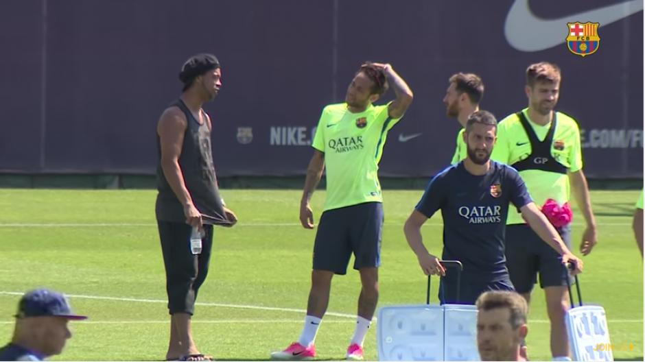 El brasileño también saludó a otros integrantes del club catalán. (Foto: captura YouTube)