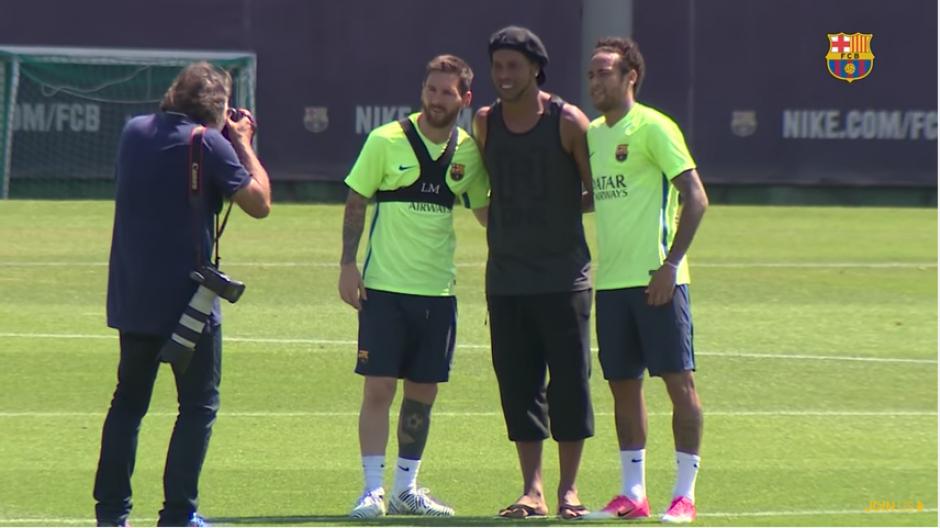 """Messi, """"Dinho"""" y Neymar posan para la fotografía. (Foto: captura YouTube)"""