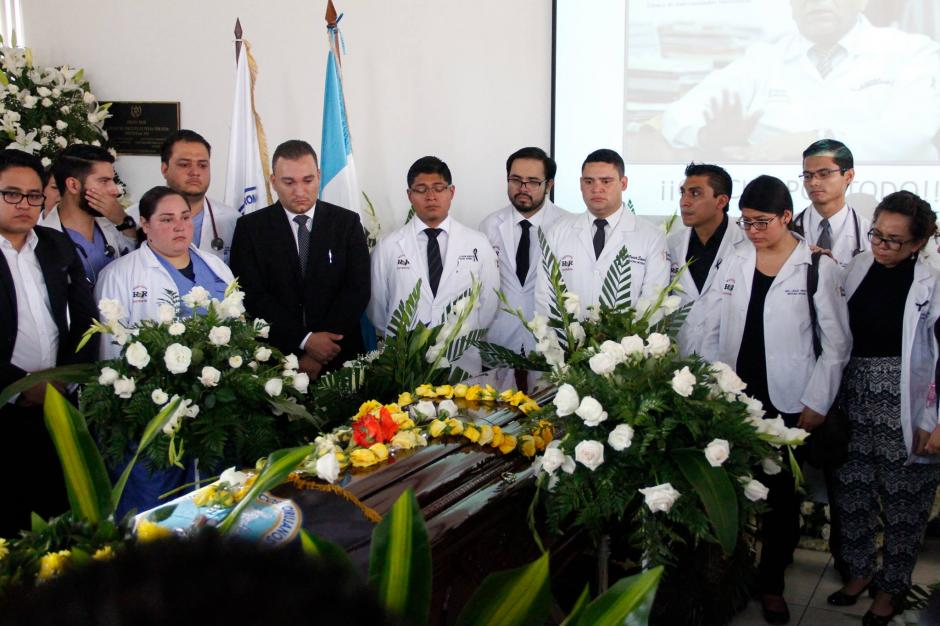 Cientos de médicos rodearon el ataúd del medico fallecido por una bala el pasado martes. (Foto: Manuela Trillos/Soy502)