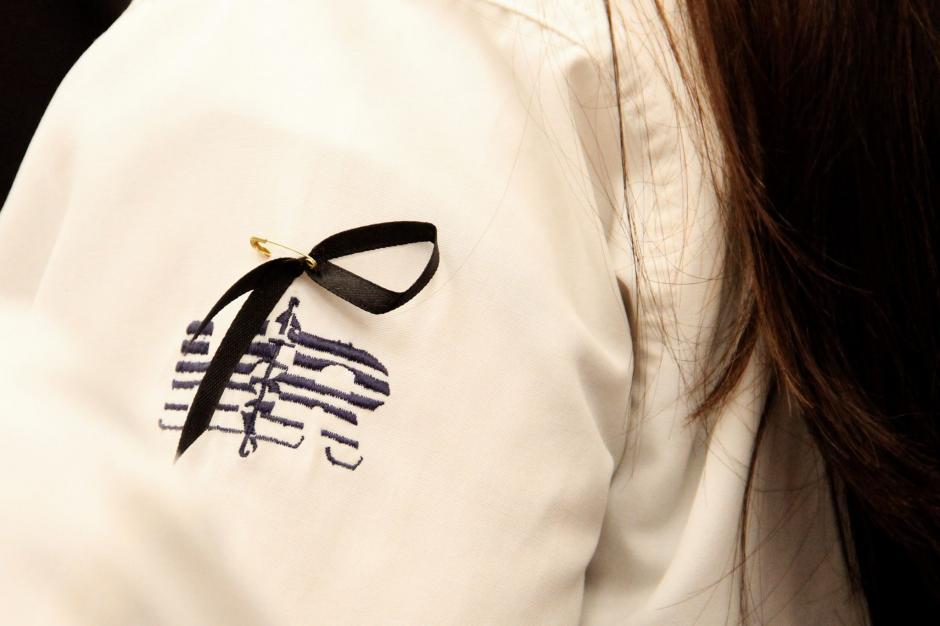 Los médicos colocaron un listón negro sobre sus batas en señal de luto. (Foto: Manuela Trillos/Soy502)
