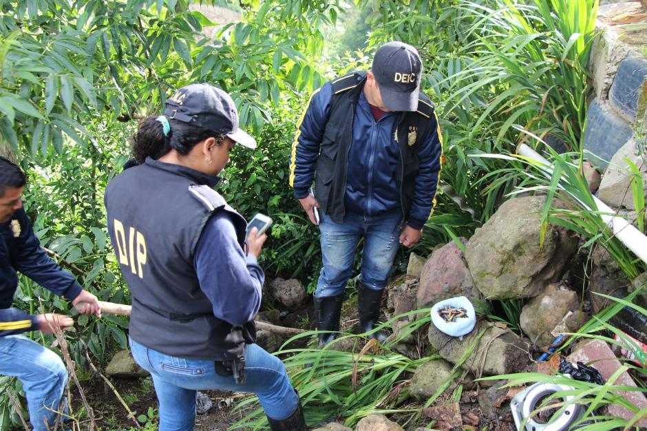 Las autoridades han encontrado municiones en varios puntos. (Foto: PNC)