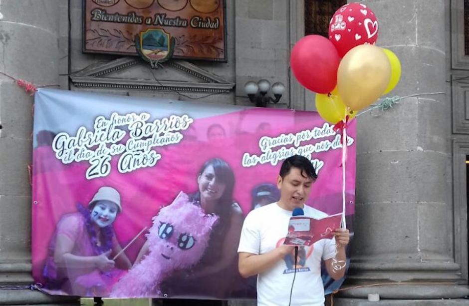 Erick Lancerio, novio de Gaby Barrios, celebró sus 26 años frente a la Municipalidad de Xela. (Foto: Soy502)