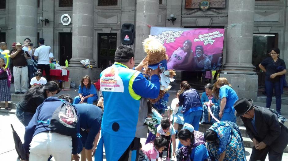 Quebraron una piñata y compartieron una refacción con los menores que asistieron. (Foto: Soy502)