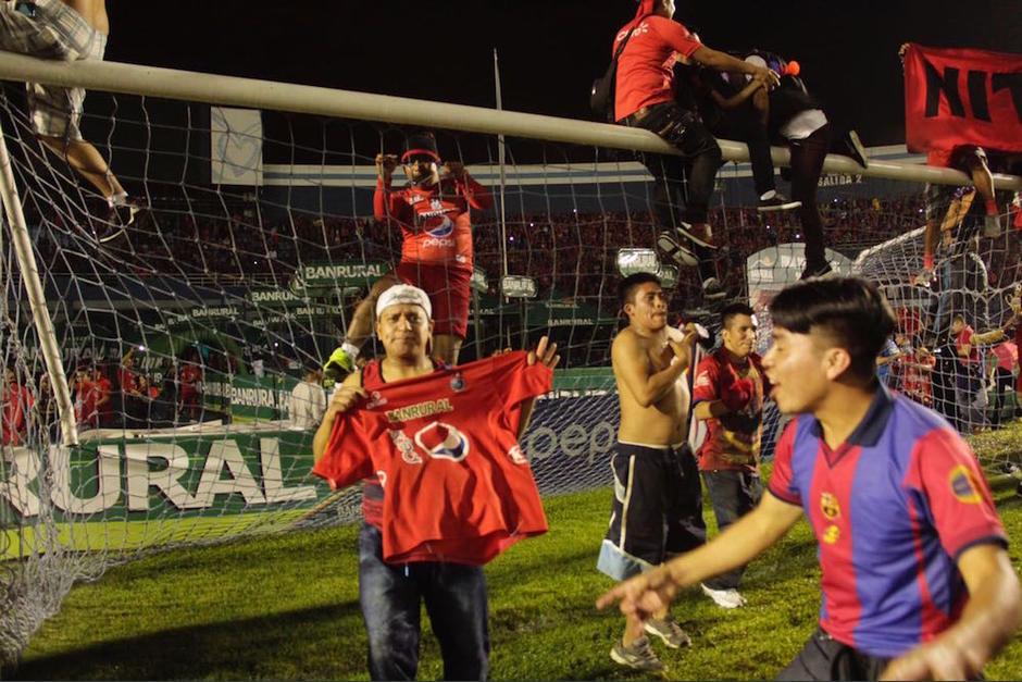 Los aficionados celebraban en la cancha. (Foto: Fredy Hernández/Soy502)