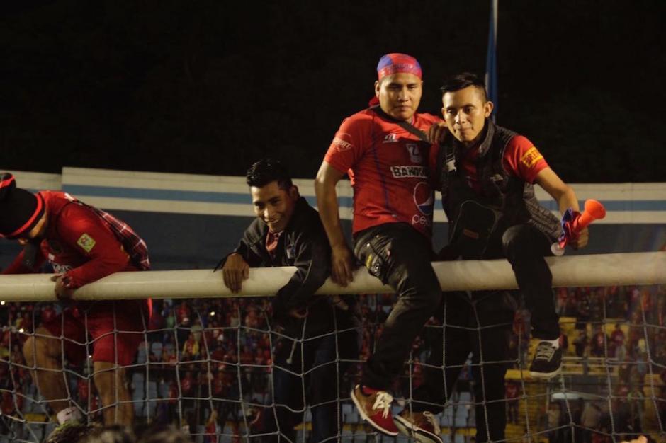 Los aficionados se subieron a la portería. (Foto: Fredy Hernández/Soy502)