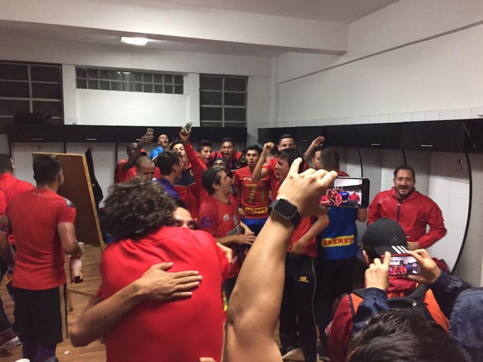 Dentro del camerino los jugadores celebraron el título No. 30. (Foto: Pedro Pablo Mijangos/Nuestro Diario)