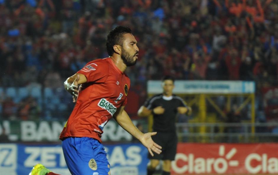 Carlos Kamiani celebra el gol de Municipal, es el segundo que hace en una final. (Foto: Luis Barrios/Soy502)