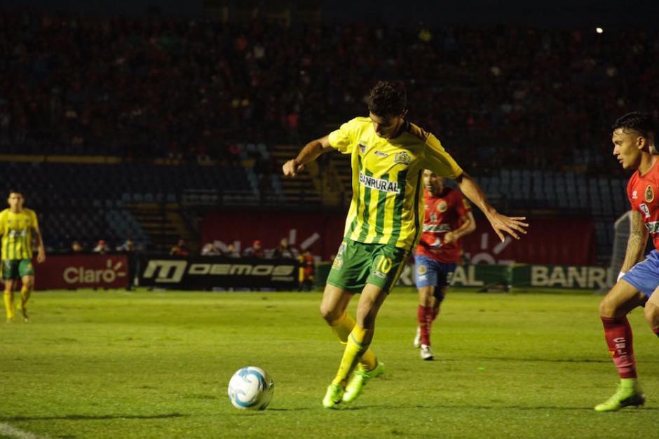 Francisco Aman de Guastatoya pelea un balón. (Foto: Fredy Hernández/Soy502)