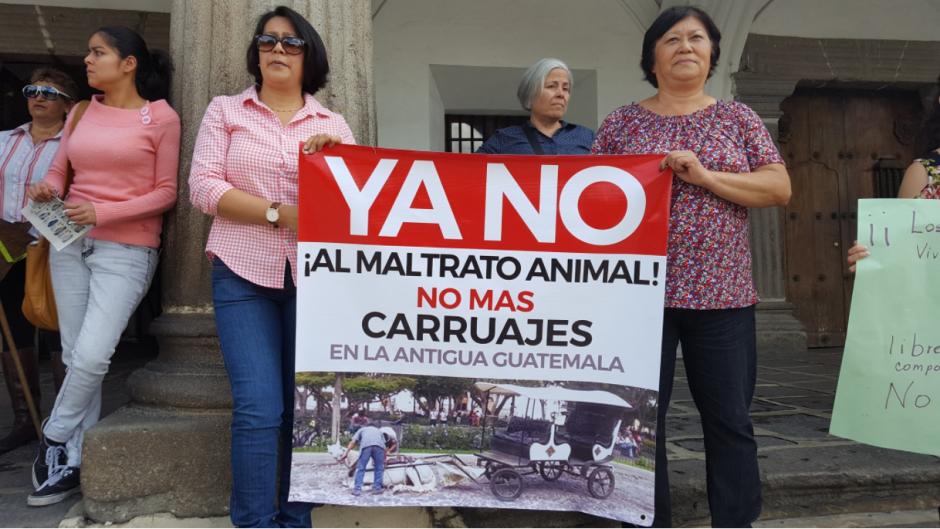 Las personas están indignadas por lo sucedido con los equinos. (Foto: Sacatepéquez Star News)