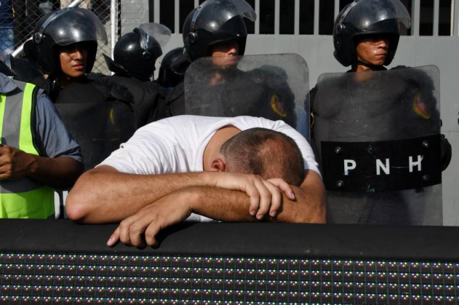 Un hombre lamenta la situación en el estadio Nacional de Tegucigalpa. (Foto: AFP)