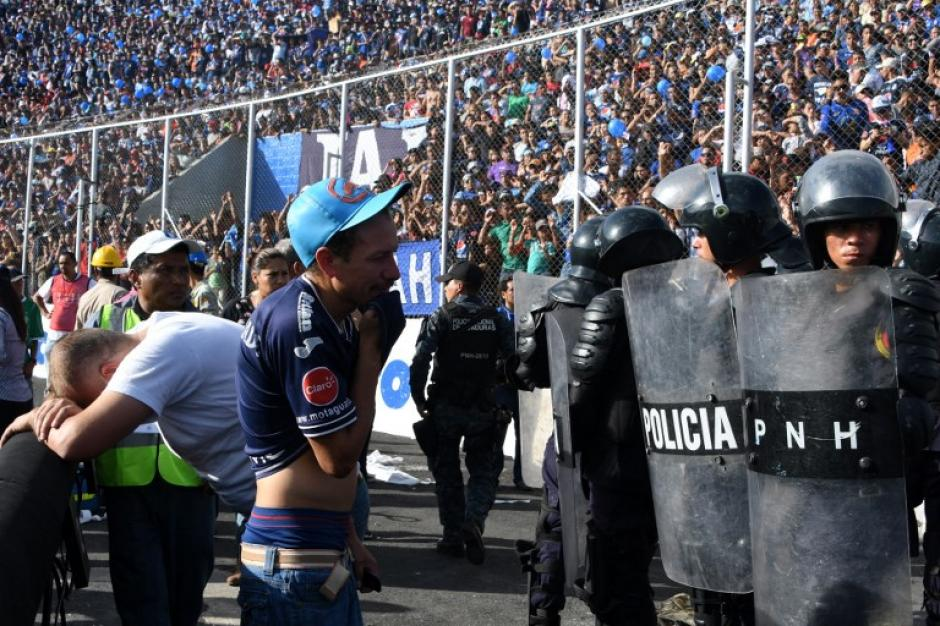 Los agentes dispersaron con gases a las personas que ingresaron a la fuerza al estadio. (Foto: AFP)