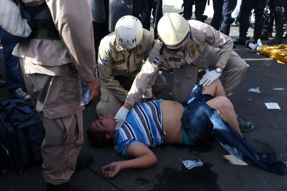Los socorristas hicieron distintas maniobras para apoyar a los heridos. (Foto: AFP)