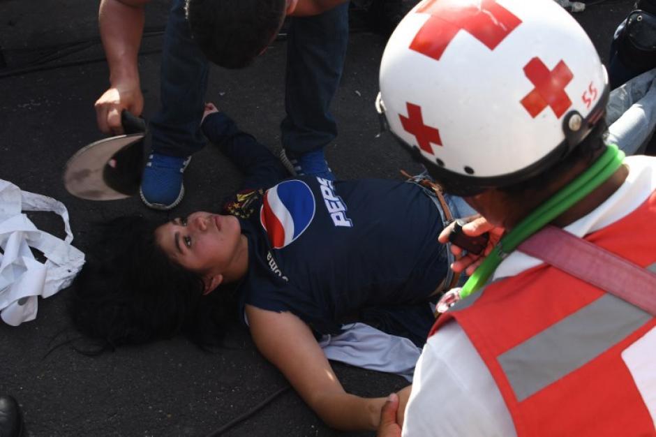 Varias personas resultaron con golpes por la avalancha. (Foto: AFP)