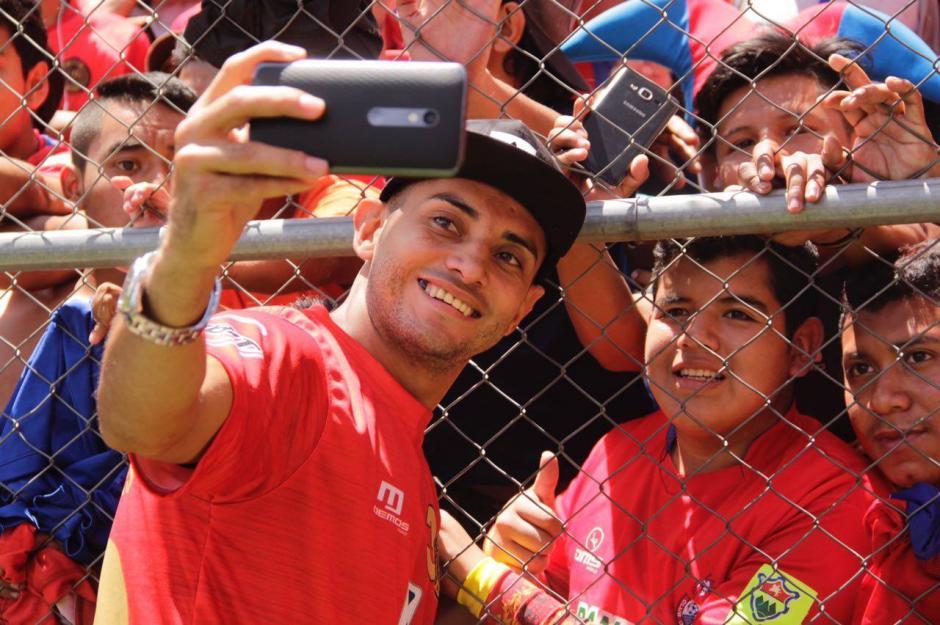 """Danilo Guera se toma una """"selfie"""" con los fanáticos en el Estadio Manuel Felipe Carrera. (Foto: Fredy Hernández/Soy502)"""