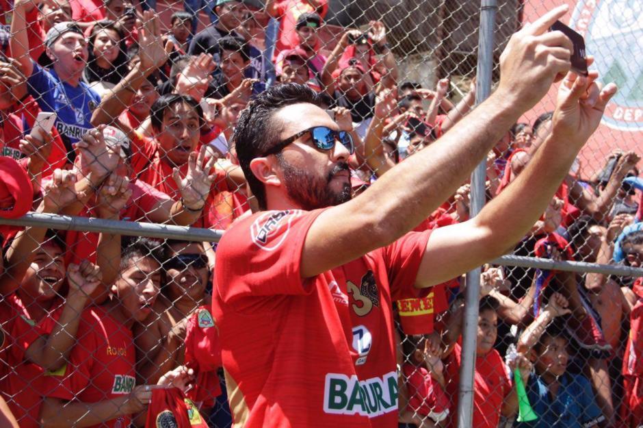 El mexicano Carlos Kamiani también quiso llevarse un recuerdo de la afición. (Foto: Fredy Hernandez/Soy502)