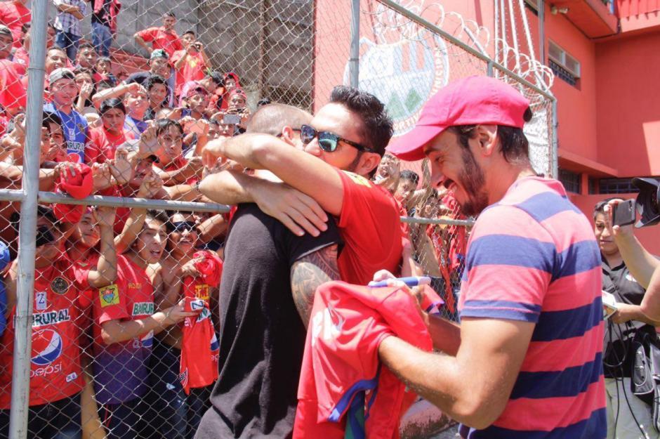 Los jugadores escarlatas se abrazaron durante el festejo. (Foto: Fredy Hernández/Soy502)