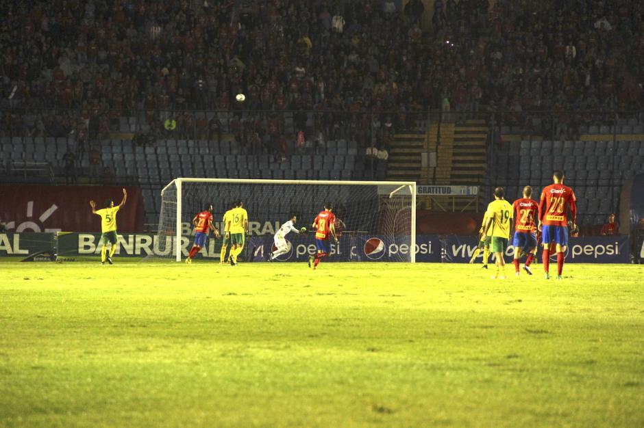El 13 fue uno de los futbolistas más activos en la final de vuelta. (Foto: Fredy Hernández/Soy502)