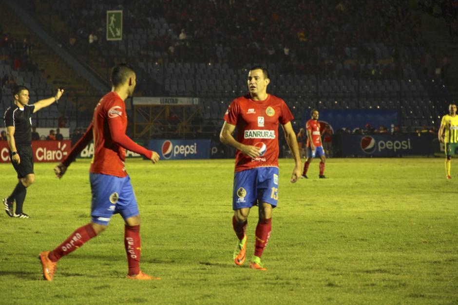 Pappa estuvo atento en cada uno de los minutos del juego. (Foto: Fredy Hernández/Soy502)