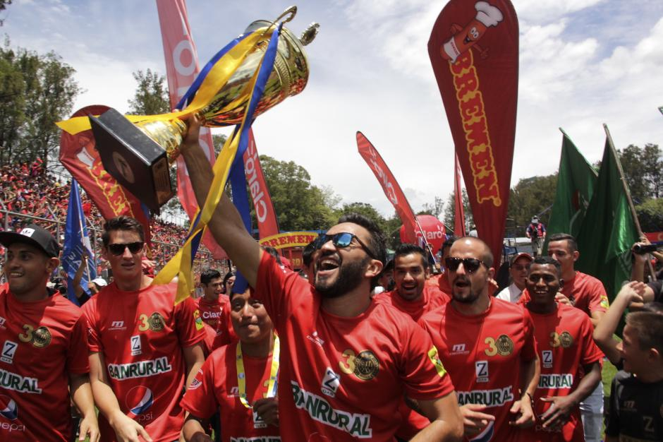 Los rojos celebraron con todo el título nacional. (Foto: Fredy Hernández/Soy502)