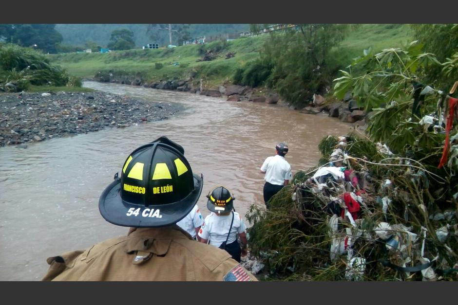 Los bomberos buscan a una niña arrastrada por las aguas del río Platanitos. (Foto: CONRED)