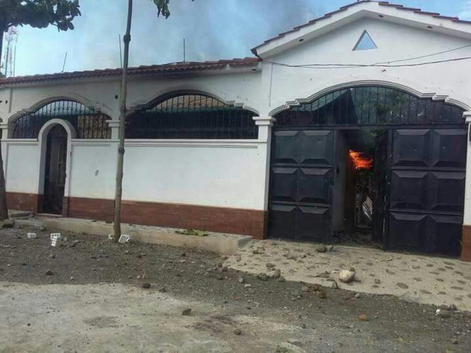 Los manifestantes también quemaron la casa del alcalde. (Foto: PNC)