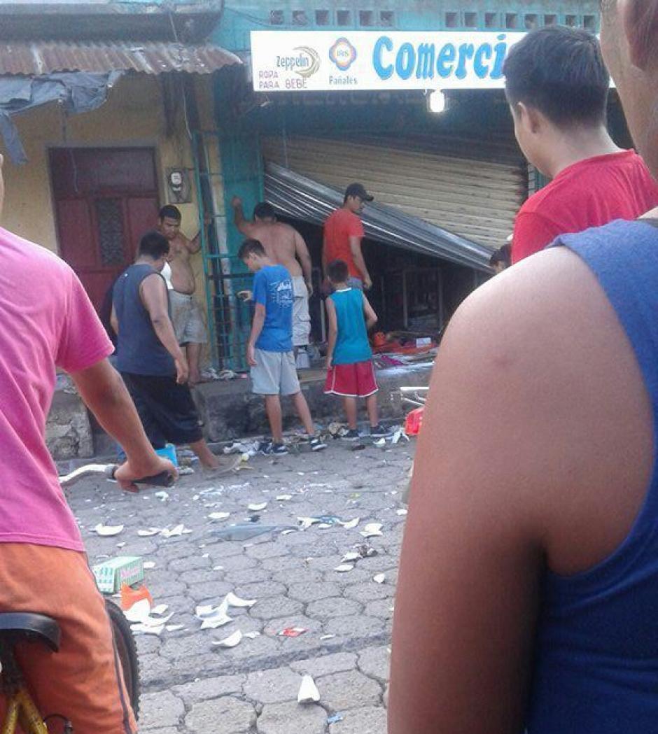 En el caos, algunos manifestantes saquearon comercios y provocaron caos en El Estor. (Foto: PNC)