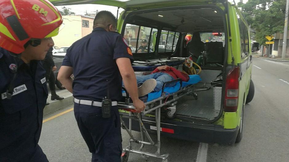 Los Bomberos Municipales trasladaron al hombre al Hospital General San Juan de Dios. (Foto: Amílcar Montejo/PMT)