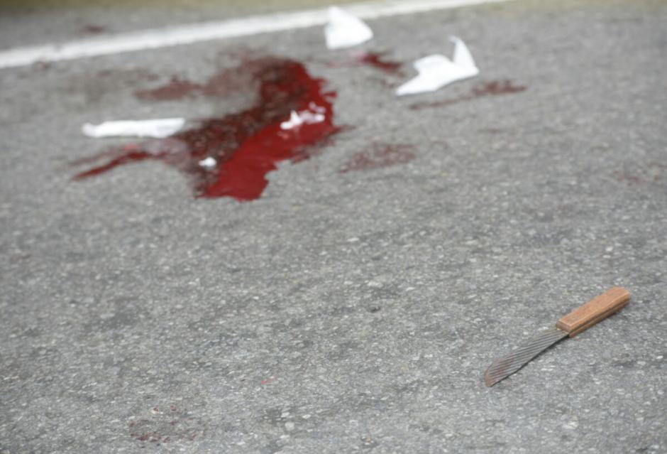 En el lugar quedó el cuchillo con el que se hirió a sí mismo el hombre. (Foto: Wilder López/Soy502)
