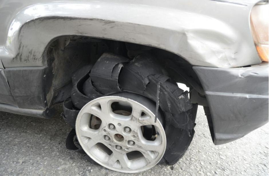 El vehículo quedó con varios daños luego de atropellar a unos motoristas. (Foto: Wilder López/Soy502)