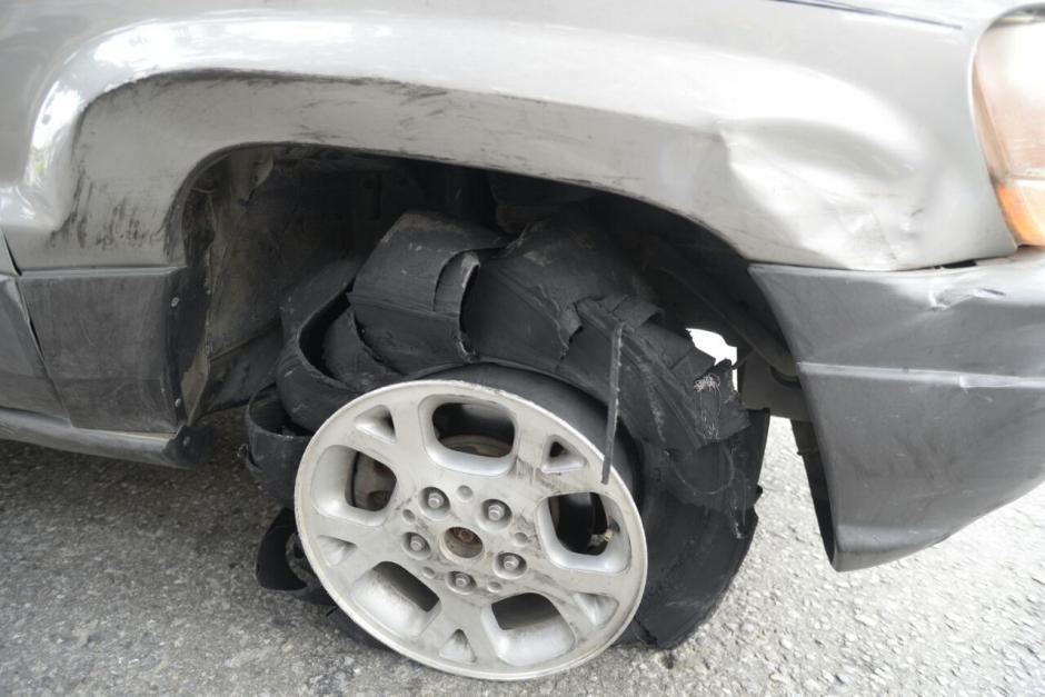 Uno de los neumáticos del vehículo explotó. (Foto: Wilder López/Soy502)
