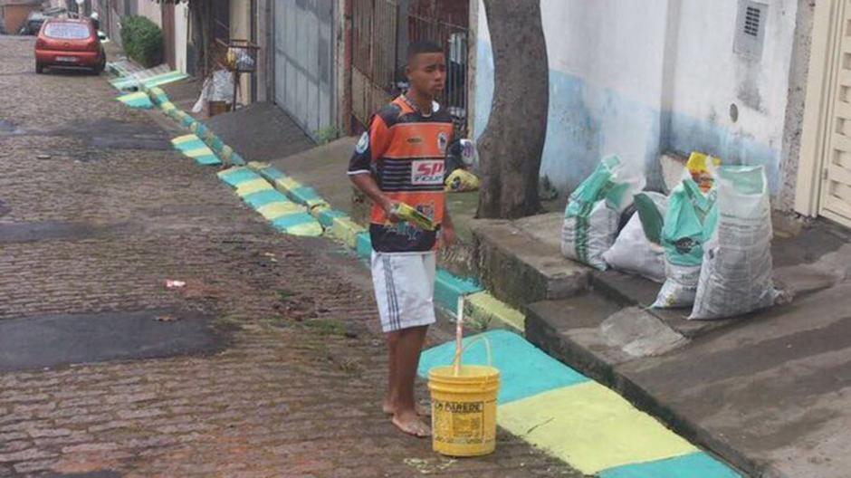 El futbolista brasileño trabajó pintando calles previo al mundial 2014. (Foto: Instagram)
