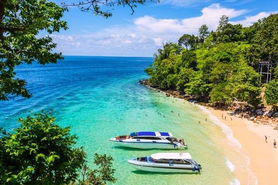 Tres colores de agua componen su playa a donde solo se puede llegar por lancha. (Foto Infobae)