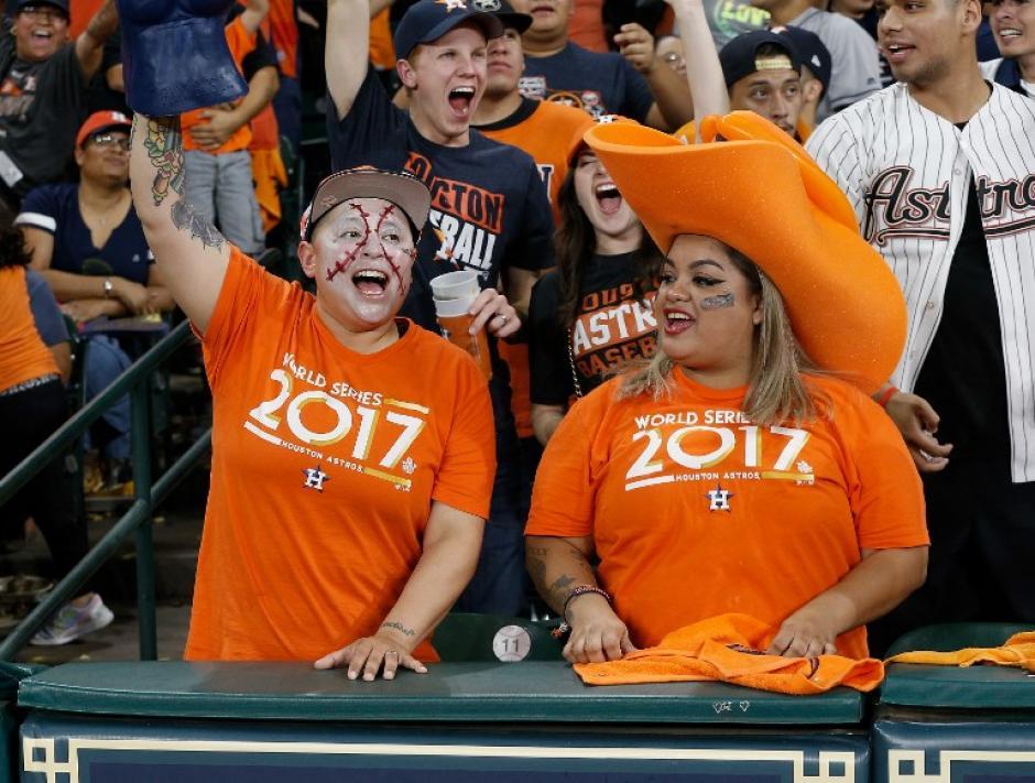 Los seguidores de Houston acompañaron a su equipo en Dodger Stadium. (Foto: AFP)