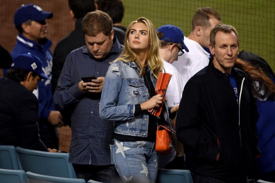 La actriz Kate Upton estuvo en los graderíos del diamante. (Foto: AFP)