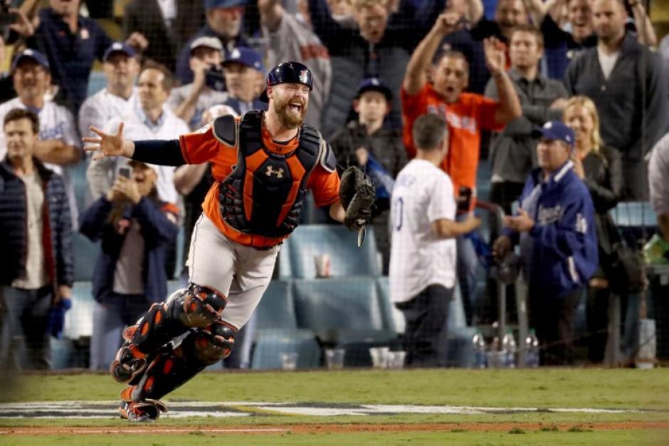 Brian McCann, catcher de Los Astros, celebra al finalizar el encuentro. (Foto: AFP)