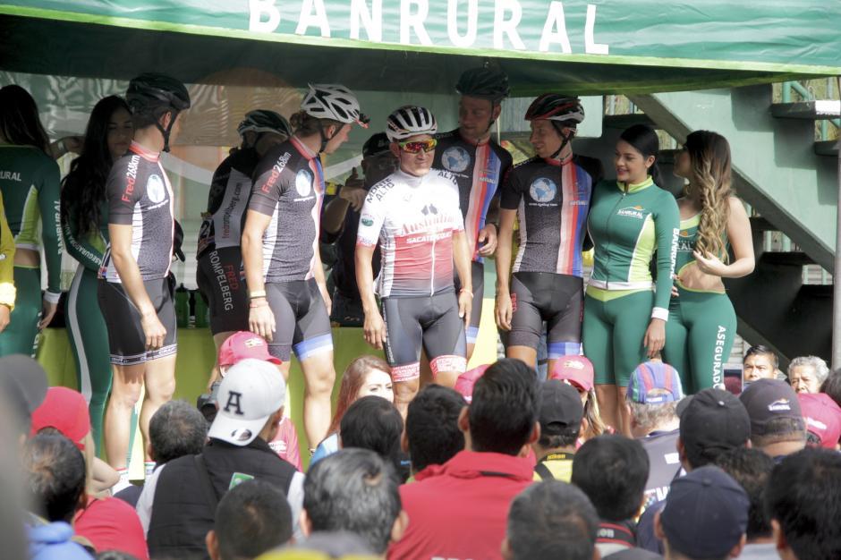 Los integrantes del Global Cycling Holanda invitaron a Emeterio Vicente Mejía en el saludo final de la Vuelta a Guatemala. (Foto: Fredy Hernández/Soy502)