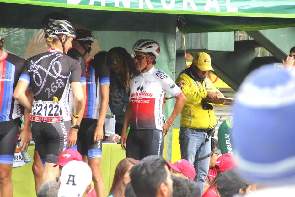 El público aplaudió el gesto de los corredores internacionales con Emeterio. (Foto: Fredy Hernández/Soy502)