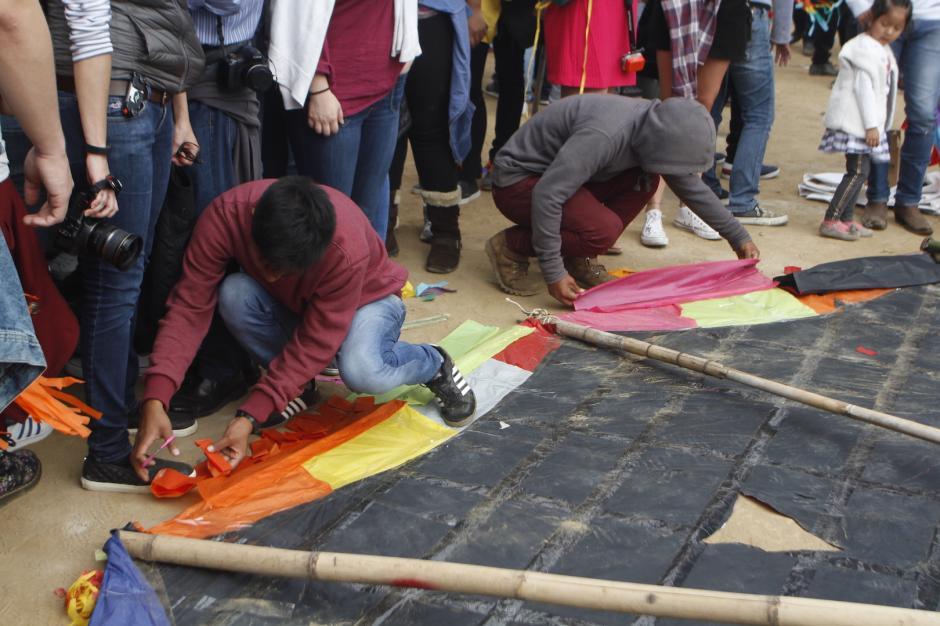 Los participantes arman desde las primeras horas de la mañana la estructura del barrilete. (Foto: Carlos Duarte/Nuestro Diario)