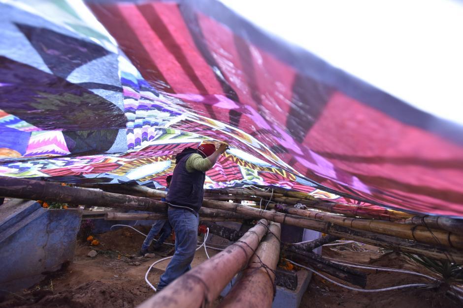 Un muchacho trata de levantar una estructura con la ayuda de sus compañeros en Santiago. (Foto: Cecilia Vicente/Nuestro Diario)