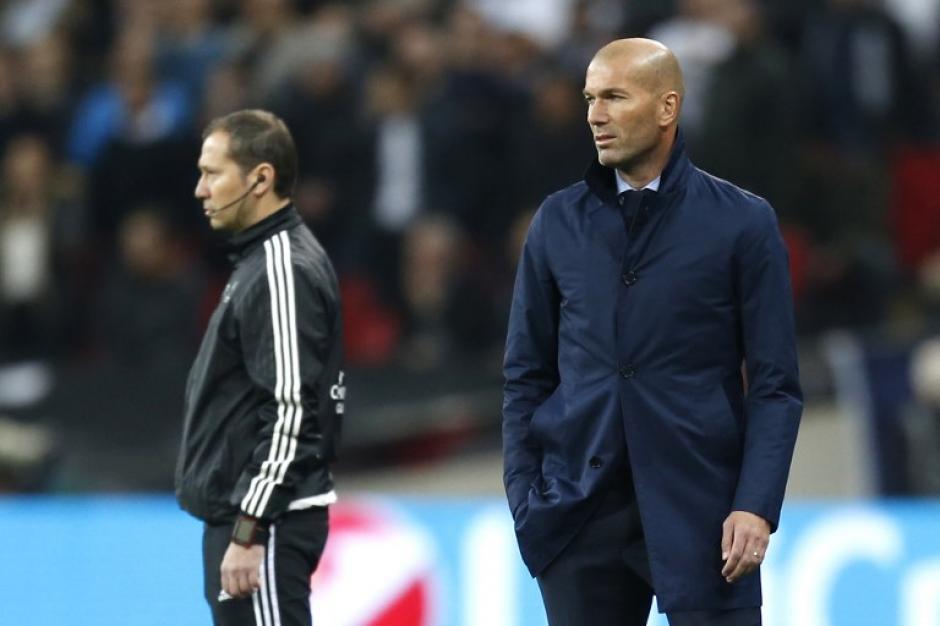 Zinedine Zidane, entrenador merengue, no pudo solventar los errores defensivos que le costaron caro al Madrid. (Foto: AFP)