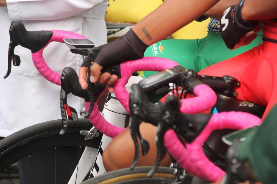 Los ciclistas utilizaron un color especial para apoyar la lucha contra el cáncer de mamá. (Foto: Fredy Hernández/Soy502)