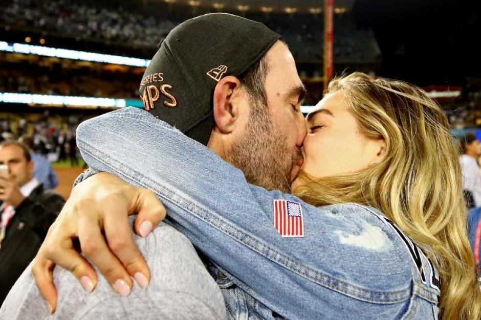 Kate Upton premió con un apasionado beso a su prometido Justin Verlander. (Foto: AFP)
