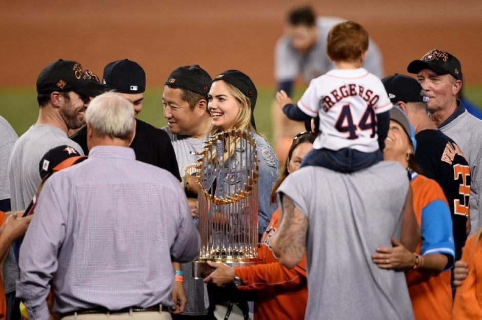 Kate Upton acompañó a Verlander durante el festejo en el campo. (Foto: AFP)
