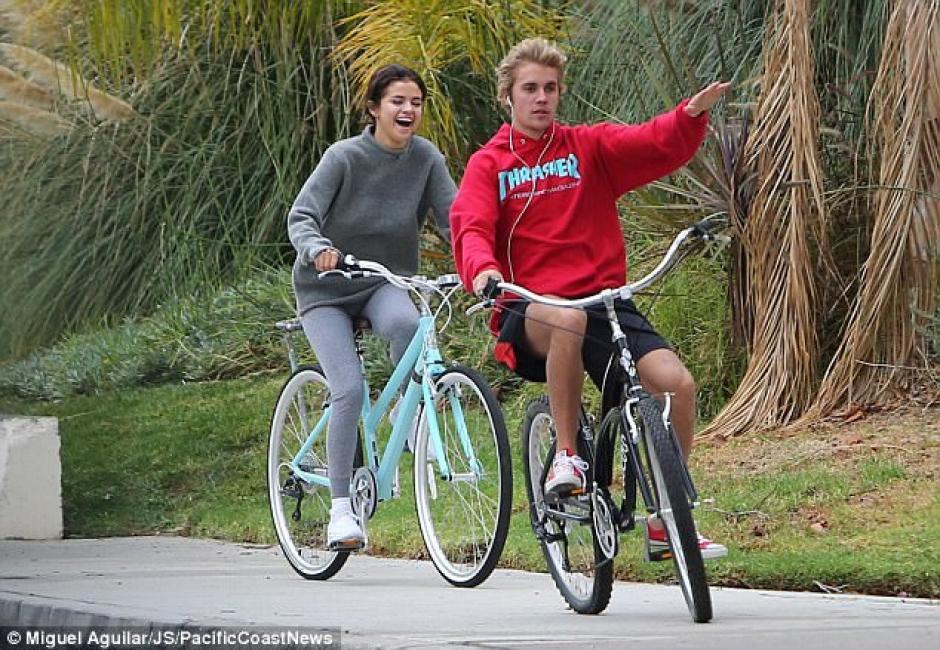 Selena y Justin Bieber ya no se ocultan de los paparazzi. (Foto: Mail Online)