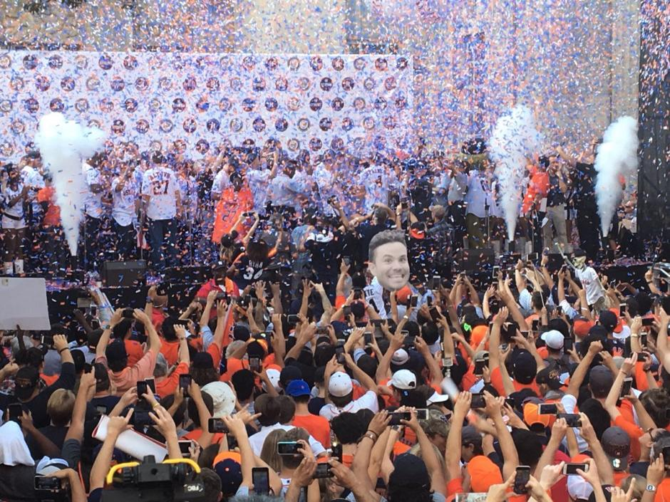 Miles salieron a las calles de Houston para saludar a los Astros campeones. (Foto: AFP)