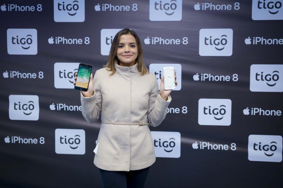 María Andrée Polo, coordinadora de Postpago de Tigo muestra el iPhone 8 y iPhone 8 Plus.  (Foto: George Rojas/Soy502)