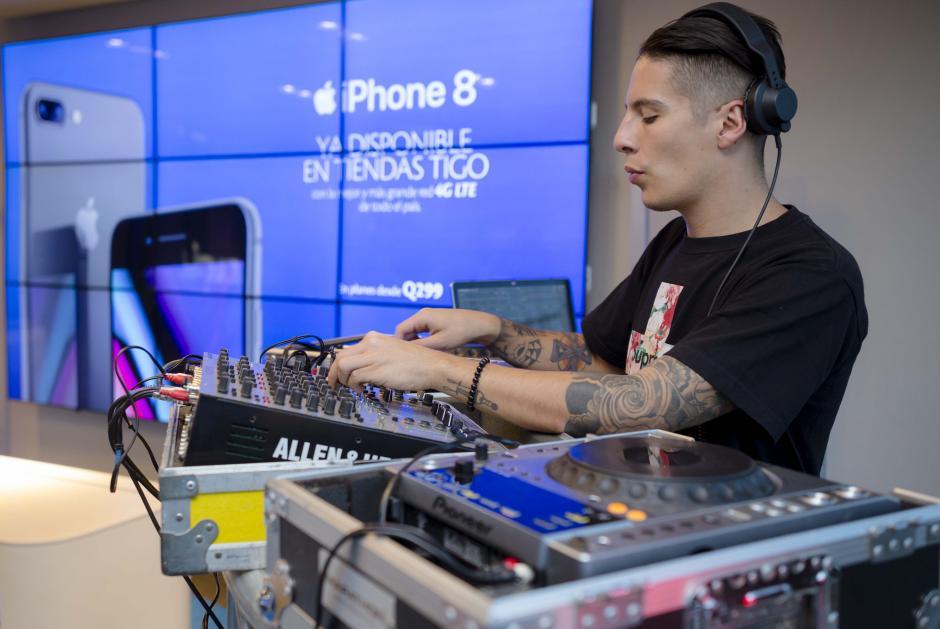 Lujo Prado estuvo a cargo del ambiente en la presentación del iPhone 8.  (Foto: George Rojas/Soy502)