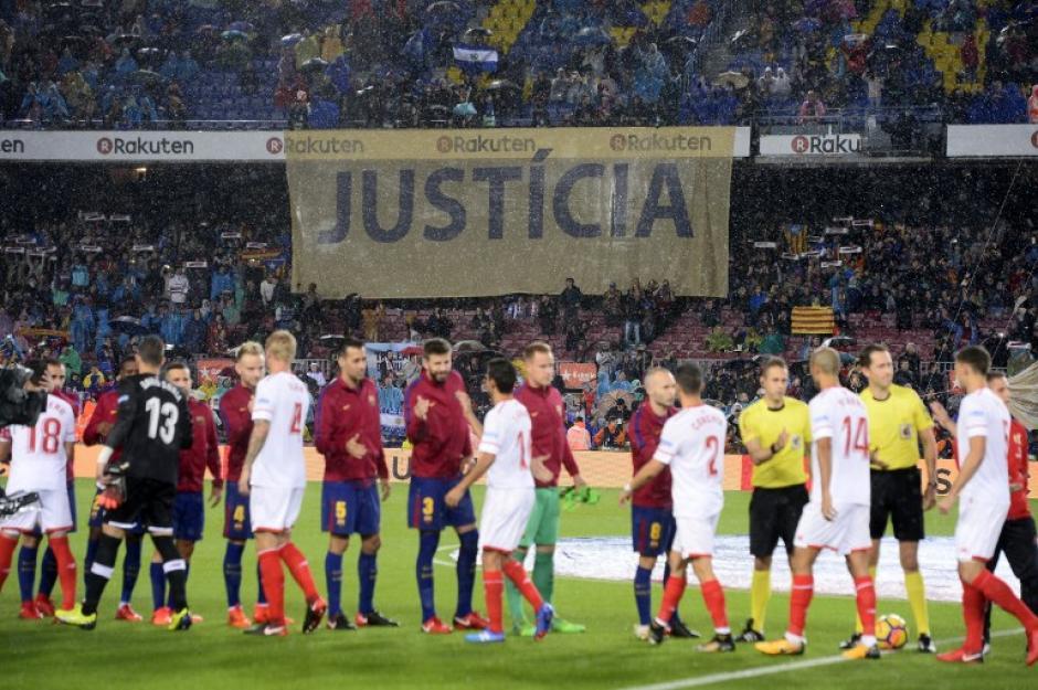 Los aficionados desplegaron una gigantesca manta antes de iniciar el partido. (Foto: AFP)
