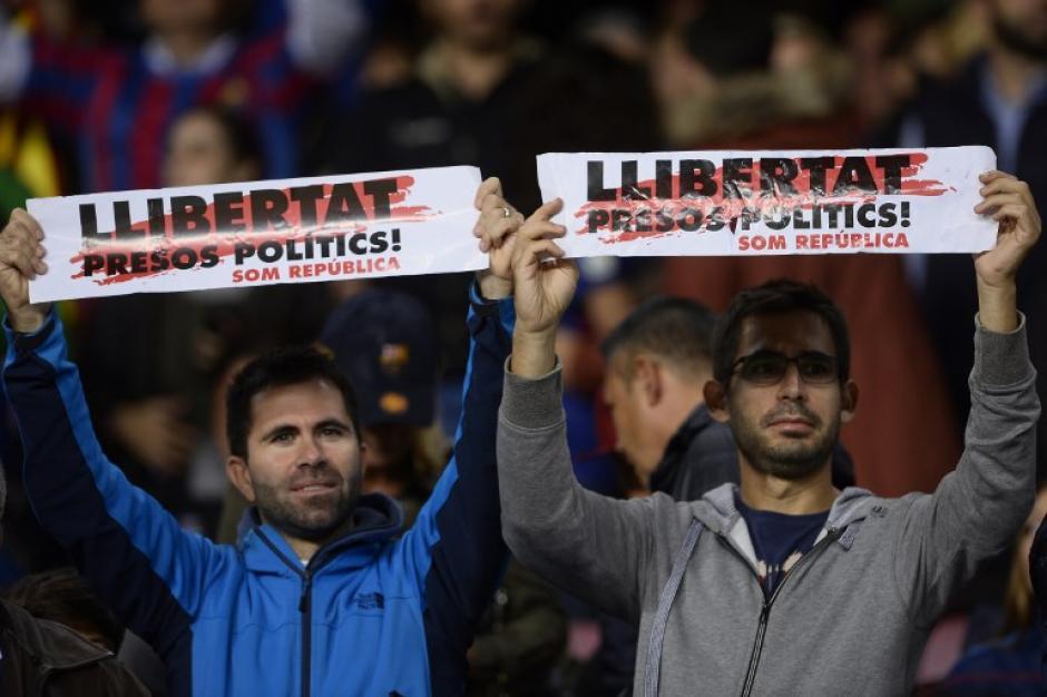 Algunos asistentes llevaron pancartas al Camp Nou. (Foto: AFP)