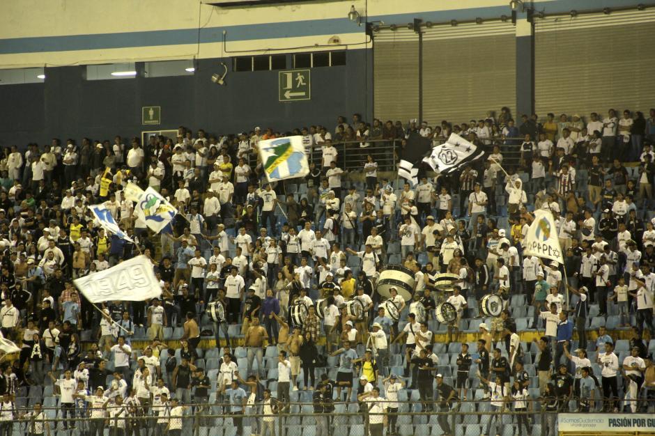La afición de Comunicaciones llegó en un número regular al estadio de la zona 5. (Foto: Fredy Hernández/Soy502)